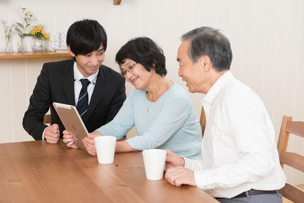 葬儀について相談する家族
